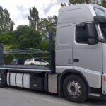 #Volvo FH con pianale per trasporto macchine operatrici, con rampe di carico posteriori a doppio snodo.